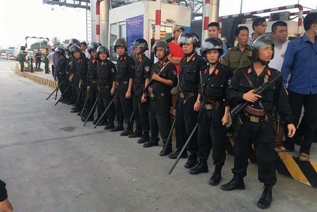 Cảnh sát cơ động được huy động đến trạm BOT Cai Lậy vào ngày 30/11/2017.