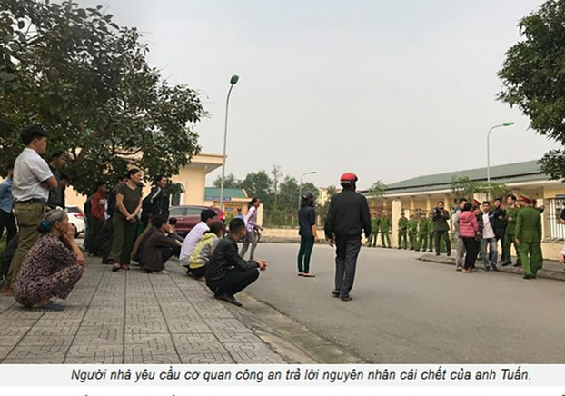 Gia đình của ông Nguyễn Văn Tuấn đến đồn công an để hỏi về nguyên nhân cái chết của thân nhân.