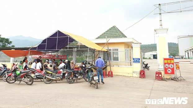 Dân dựng lều trước nhà máy cồn Đại Tân phản đối ô nhiễm môi trường