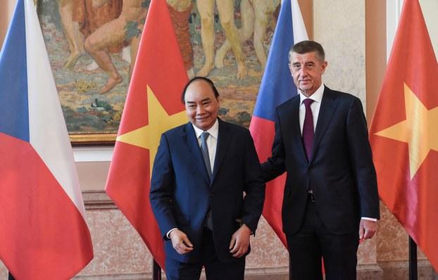 Hình minh họa. Thủ tướng Cộng hòa Czech Andrej Babis (phải) đón Thủ tướng Nguyễn Xuân Phúc ở Prague hôm 17/4/2019