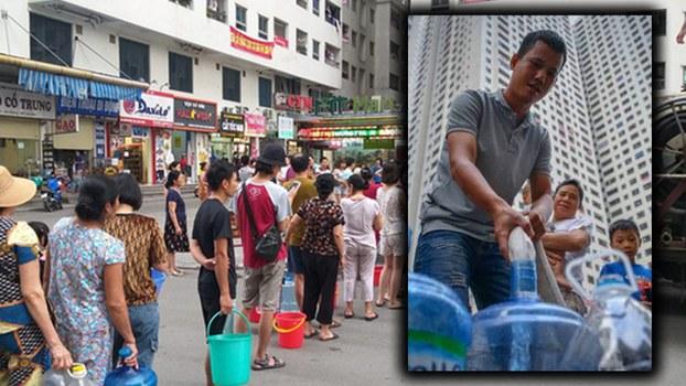 Hình minh họa. Người Hà Nội xếp hàng lấy nước sạch