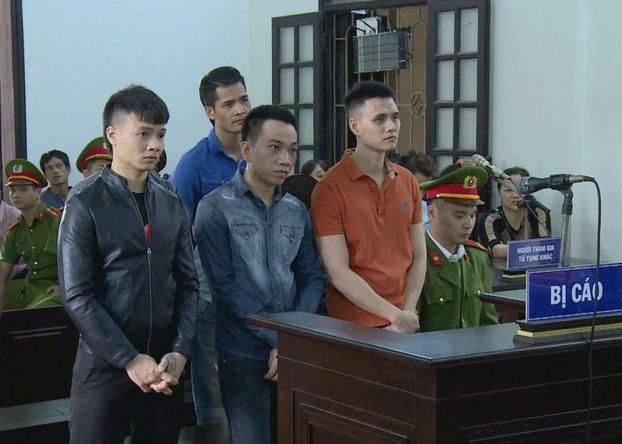 Khá  Bảnh (áo đen ngoài cùng bên trái) và các bị can khác tại phiên tòa ở thị xã Từ Sơn, Bắc Ninh, hôm 13/11/2019