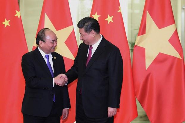 Thủ tướng Nguyễn Xuân Phúc (trái) bắt tay Chủ tịch Trung Quốc Tập Cận Bình (phải) trước cuộc gặp tai Đại lễ đường Nhân dân ở Bắc Kinh hôm 25/4/2019