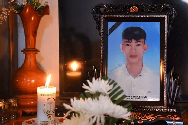 Hình minh họa. Hình của anh Nguyễn Đình Lượng trên bàn thờ tại nhà ở Hà Tĩnh. Anh Lượng là một trong những người mất tích khi đến Anh, nghi ngờ nằm trong số 39 nạn nhân