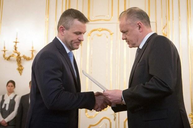 Tổng thống Slovakia Andrej Kiska (phải) trao giấy chứng nhận bổ nhiệm cho Peter Pellegrini (trái) thành lập chính phủ mới sau khi từ chức Thủ tướng Slovakia tại Bratislava ngày 15 tháng 3 năm 2018.