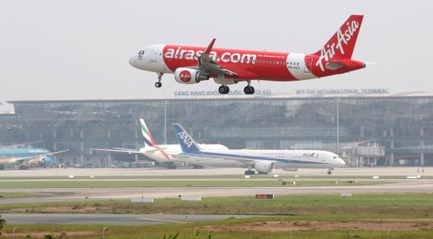 Máy bay hãng AirAsia hạ cánh tại sân bay Nội Bài.