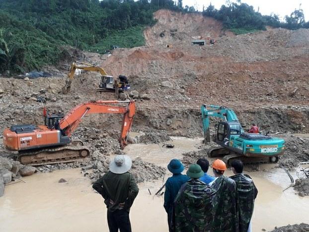 Tìm kiếm các nạn nhân mất tích sau vụ sạt lở thủy điện Rào Trăng 3.