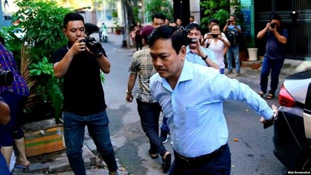 Ông Nguyễn Hữu Linh từ xe bước vào Tòa án quận 4 sáng ngày 25/6/2019