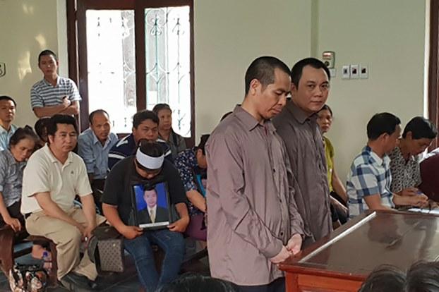 Bị cáo Ngô Văn Sơn (trái) và Lê Ngọc Hoàng (phải) tại phiên tòa phúc thẩm hồi tháng 11/2018.