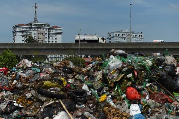 Hình minh hoạ. Rác chất đống tại một nơi đổ tạm ở nội thành Hà Nội hôm 17/7/2020