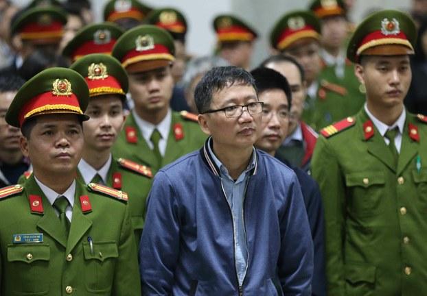 Trịnh Xuân Thanh (giữa) tại phiên tòa ở Hà Nội hôm 8/1/2018