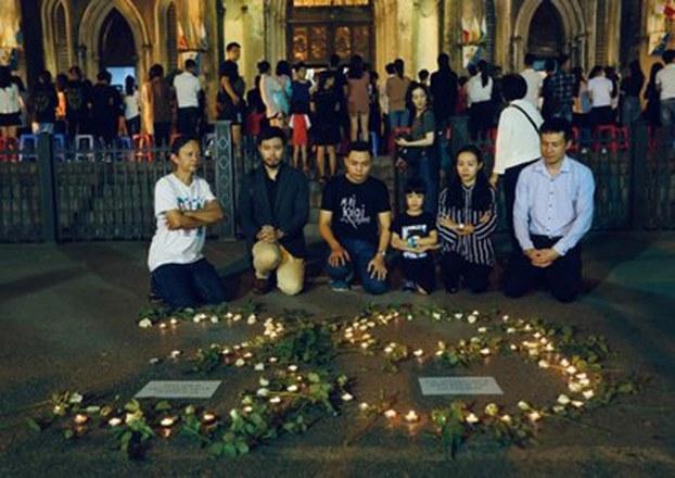 Hình minh họa. Người dân Hà Nội tưởng niệm 39 nạn nhân thiệt mạng trên xe container đông lạnh vào Anh