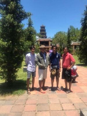 Hình chụp ông Michael Phương Minh Nguyễn (ngoài cùng bên phải) và những người bạn tại Huế