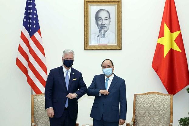 Hình minh hoạ. Cố vấn Anh ninh Quốc gia Hoa Kỳ Robert O'Brien (trái) và Thủ tướng Nguyễn Xuân Phúc ở Hà Nội hôm 21/11/2020