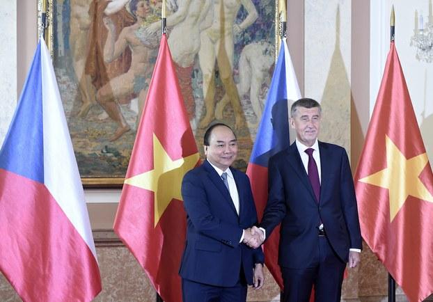 Hình minh hoạ. Thủ tướng Nguyễn Xuân Phúc (trái) bắt tay Thủ tướng Czech Andrej Babis ở Prague hôm 17/4/2019