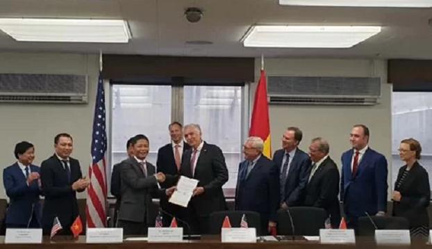 Chính phủ Việt Nam vừa đồng ý cho Tập đoàn AES của Mỹ đầu tư vào dự án điện Sơn Mỹ 2 tại Bình Thuận theo hình thức hợp đồng xây dựng - kinh doanh - chuyển giao (BOT) trị giá 5 tỷ USD. Truyền thông trong nước loan tin vừa nói hôm 4/10. Văn bản chấp thuận này được Thủ tướng Chính phủ ủy quyền cho Bộ trưởng Công Thương Trần Tuấn Anh trao cho Tập đoàn AES nhân chuyến thăm, làm việc tại Mỹ.