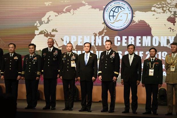 Thủ tướng Thái Lan Praut Chan-O-Cha (giữa) chụp  hình cùng các đại diện các đoàn đến dự IPACC ở Bangkok, Thái Lan hôm 9/9/2019