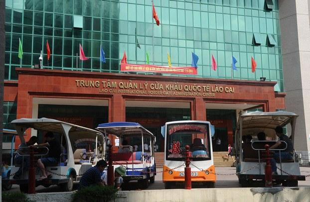 Hình minh họa. Hình chụp hôm 9/5/2014: các xe điện chờ khách trước cửa khẩu biên giới giữa  Việt Nam và Trung Quốc tại tỉnh Lào Cai