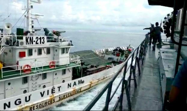 Ảnh chụp màn hình đoạn video do Indonesia cung cấp cho thấy tàu kiểm ngư Việt Nam đụng tàu Hải quân Indonesia hôm 27/4/2019