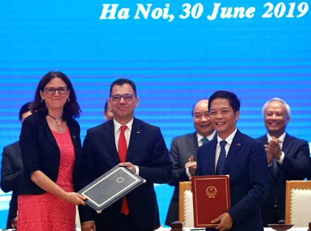 Hình minh hoạ. Cao uỷ Liên minh Châu Âu phụ trách thương mại Cecilia Malmstrom và Bộ trưởng Công thương Trần Tuấn Anh trao đổi văn kiện sau lễ ký EVFTA ở Hà Nội hôm 30/6/2019