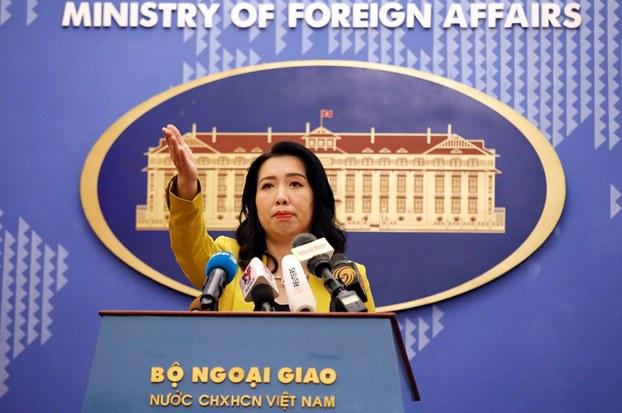 Người phát ngôn Bộ Ngoại giao Lê Thị Thu Hằng trong một họp báo ở Hà Nội