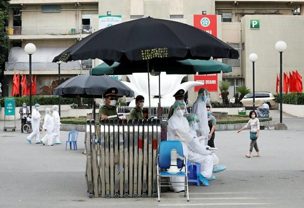 Hình minh hoạ. Nhân viên y tế ở cổng bệnh viện Bạch Mai, Hà Nội hôm 26/3/2020
