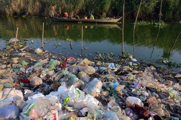 Ảnh minh họa. Người dân Campuchia bơi xuồng trên dòng sông ngoại ô thủ đô Phnom Penh. Hình chụp ngày 16/1/2013.