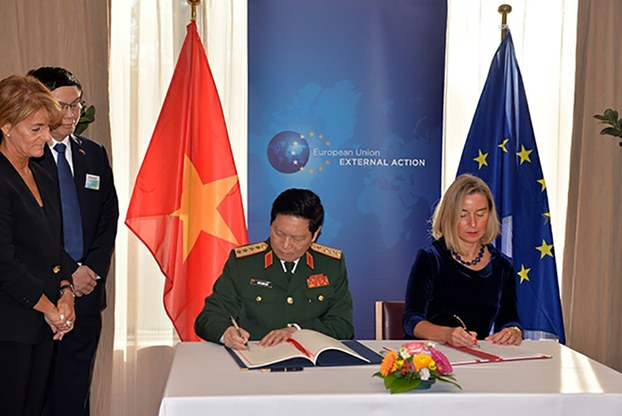 Bộ trưởng Quốc phòng Việt Nam-Đại tướng Ngô Lịch và Phó Chủ tịch Ủy ban Châu Âu, bà Federica Mogherini tại buổi ký kết Hiệp định FPA ở Brussels, Bỉ ngày 17/10/19.