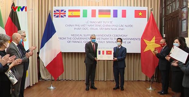 Quang cảnh buổi lễ Chính phủ Việt Nam trao tặng 550 ngàn khẩu trang kháng khuẩn cho 5 quốc gia ở Châu Âu bị ảnh hưởng nặng nề của dịch COVID-19, diễn ra vào chiều ngày 7/4/2020.