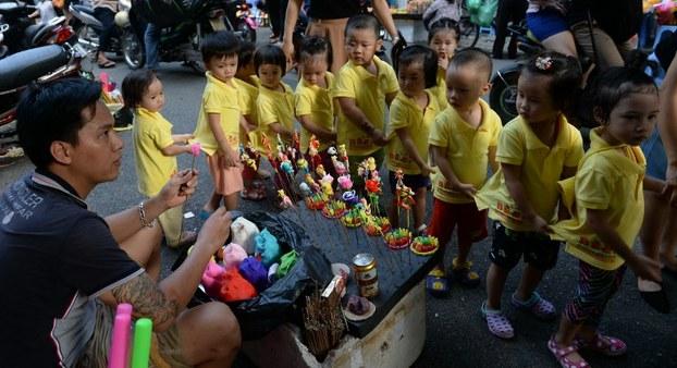 Các bé mẫu giáo vui Tết Trung Thu tại một lễ hội ở Hà Nội hôm 23/9/2015.