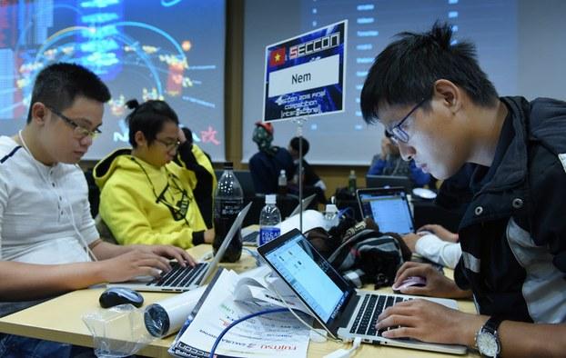Hình minh họa. Một nhóm thí sinh Việt Nam tham gia cuộc thi tấn công mạng với 18 đội đến từ các nước Nhật Bản, Romania, Nga, Nam Hàn, Đài Loan, Thái Lan và Mỹ tại Tokyo hôm 31/1/2016.
