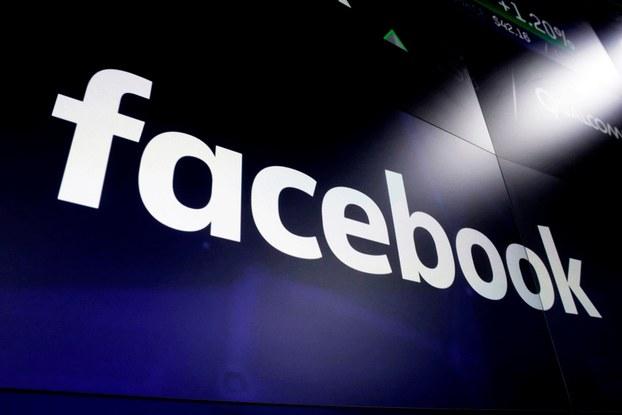Hình minh họa. Logo của  Facebook trên màn hình tại Quảng trường Thời đại ở New York
