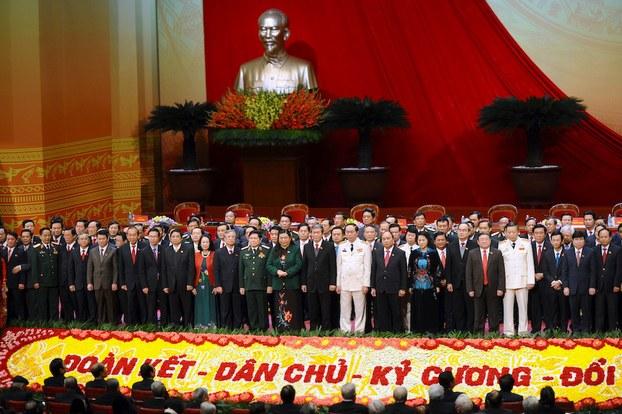 Hình minh hoạ. Các uỷ viên Ban Chấp hành Trung ương Đảng Cộng sản Việt Nam chụp hình nhân bế mạc đại hội 12 ở Hà Nội hôm 28/1/2016